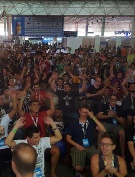 Campus Party 2016 fia 5 minutos sem luz; veja protesto