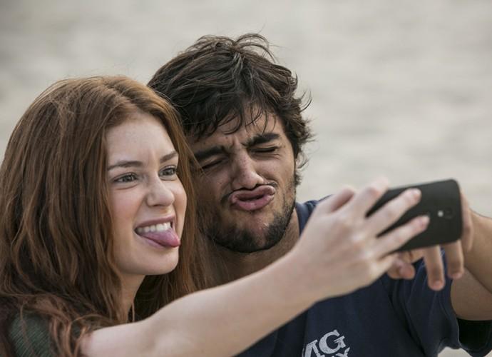 Marina e Felipe tiram selfie durante os intervalos das gravações (Foto: Raphael Dias/Gshow)