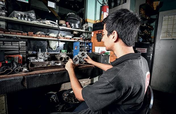 Carburador em três gerações: Giba carburadores (Foto: Rafael Munhoz / Autoesporte)