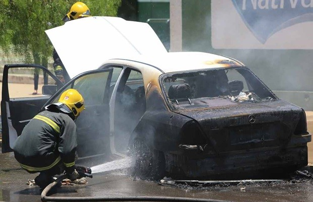 Mercedez-Benz pegou fogo nas proximidades do estádio do Goiás (Foto: Wildes Barbosa/O Popular)