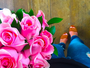 Ah, o amor! Marina Ruy Barbosa posta foto segurando buquê de flores
