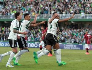 Márcio comemorando gol no atletiba
