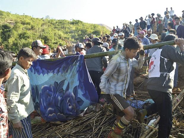 Deslizamento de terra em mina mata 91 operários em Mianmar (Foto: AP)
