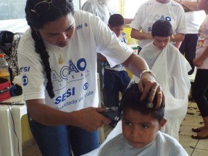 Corte de cabelo foi um dos serviços disponibilizados (Foto: Bruna Cássia/Rede Amazônica)