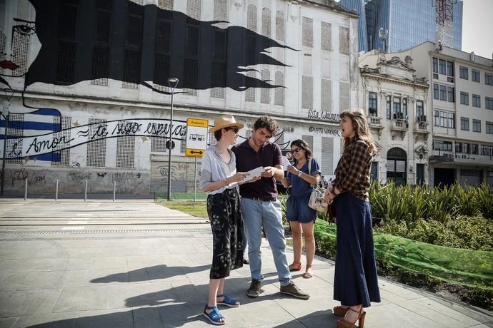 Os atores conversam com a diretora Natália Warth (Foto: Raphael Dias/Gshow)
