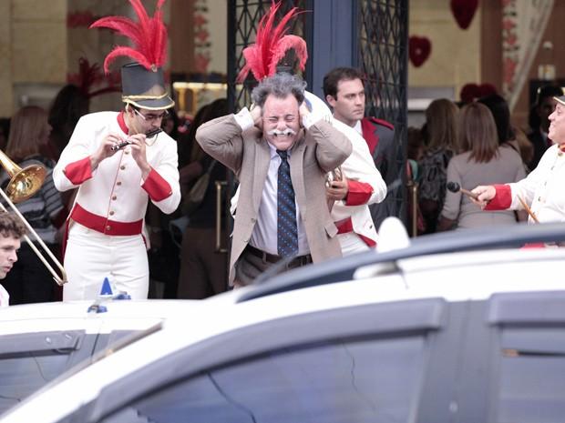 Otávio fica histérico ao chegar na Charlô´s e se deparar com a bagunça da prima (Foto: Guerra dos Sexos/ TV Globo)