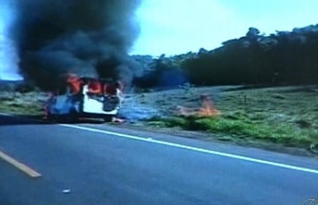 Van com 15 passageiros pega fogo em rodovia de Catalão, Goiás; assista 3 (Foto: Reprodução/TV Anhanguera)