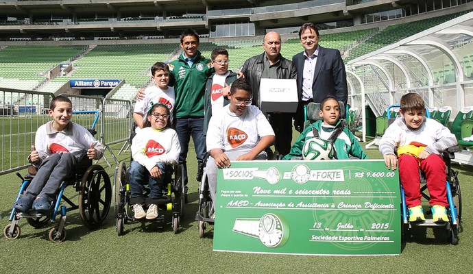 Palmeiras Robinho AACD (Foto: Cesar Greco/Ag Palmeiras/Divulgação)