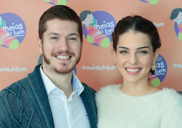 Caio Paduan e Julia Konrad, embaixadores do projeto Meias do Bem (Foto: Divulgação)