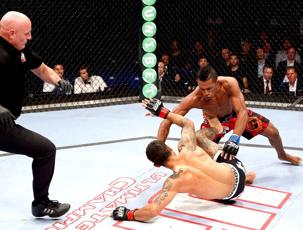 Iuri Alcantara luta contra Vaughan Lee no UFC em Berlim (Foto: Getty Images)
