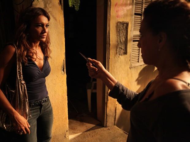 Desesperada, Wanda ameaça Lucimar  (Foto: Salve Jorge/TV Globo)