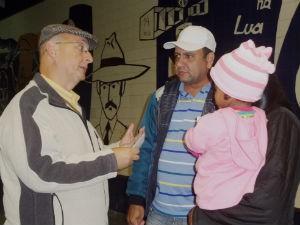 Família foi recebida no Aeroporto Afonso Pena por volta das 14h30 (Foto: Adriana Justi / G1)