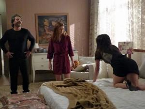 Cora provoca Isis na cama de Zé (Foto: Cláudia Castilho/ Gshow)
