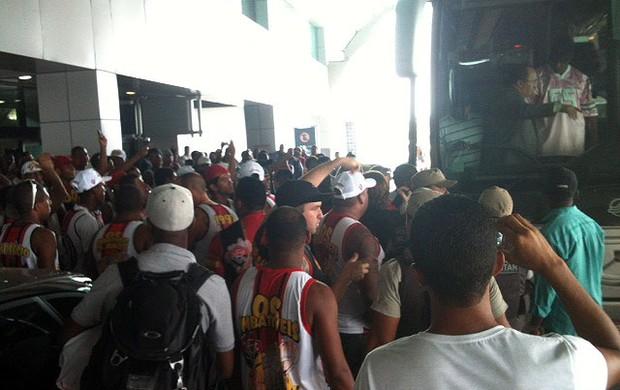 torcedores do vitória causam confusão no aeroporto (Foto: Pedro Canísio/Arquivo pessoal)