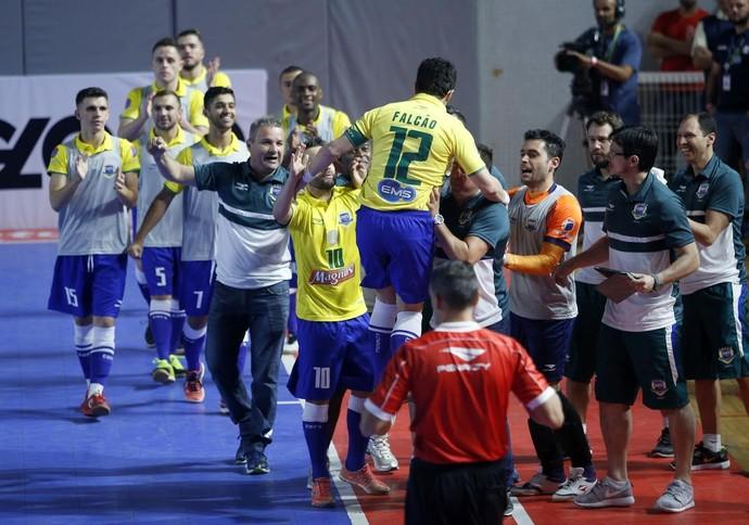 Falcão pula sobre os companheiros para comemorar o gol de empate do Brasil (Foto: Orlando Bento/MTC)