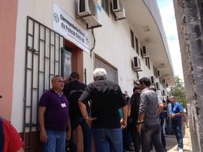 Frente da Corregedoria da Polícia Civil de Porto Velho ficou lotada de policiais que acompanharam o caso (Foto: Hosana Morais/G1)