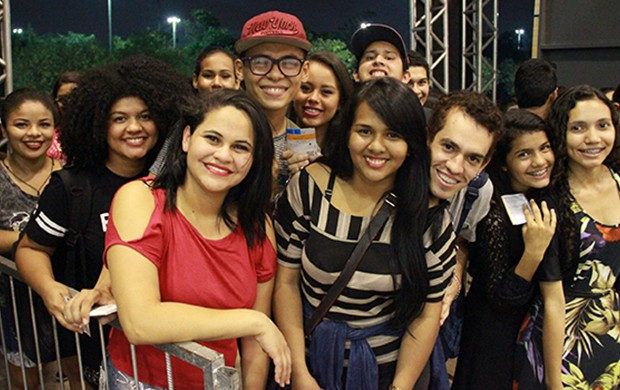 Maria Lima (de blusa listrada) foi uma das primeira a chegar (Foto: Katiúscia Monteiro/ Rede Amazônica)