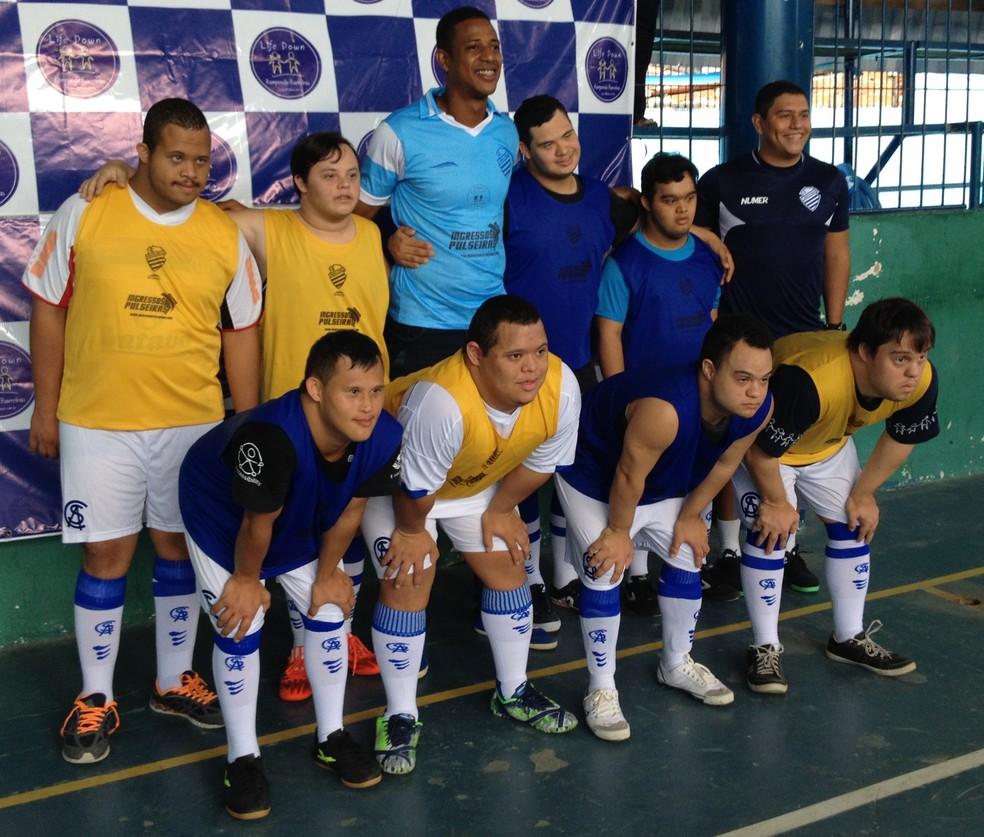 Time de futsal treina com os uniformes padronizados e distribuídos pelo CSA (Foto: Rafael Brito/ GloboEsporte.com)