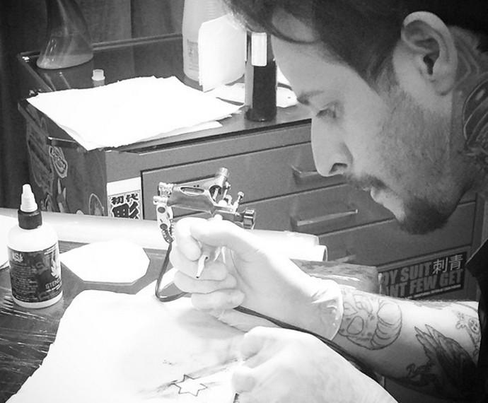Rafinha está estudando para ser tatuador (Foto: Arquivo Pessoal)