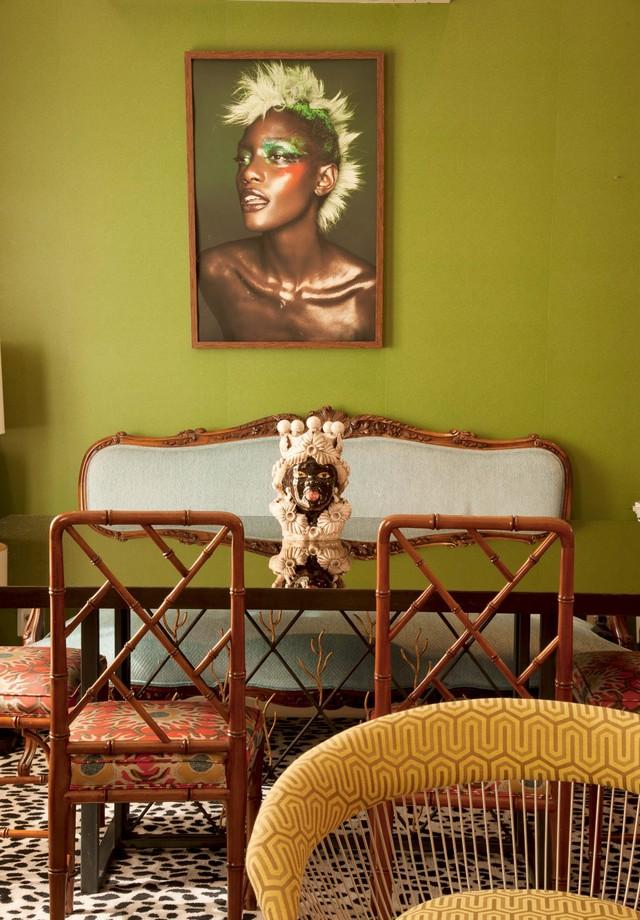 Crie um paralelismo entre a parede e um quadro que também contenha a cor – perfeito para quem gosta de tudo combinando! (Foto: Romulo Fialdini/Arquivo Vogue)