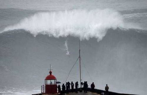 Foto (Foto: Carlos Burle descendo a ladeira em Nazaré - Foto: AFP)