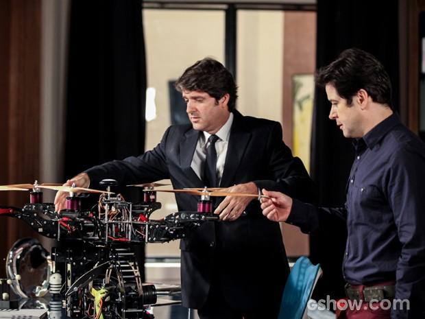 Edmilson mostra drone achado no jardim da mansão (Foto: Camila Camacho/TV Globo)