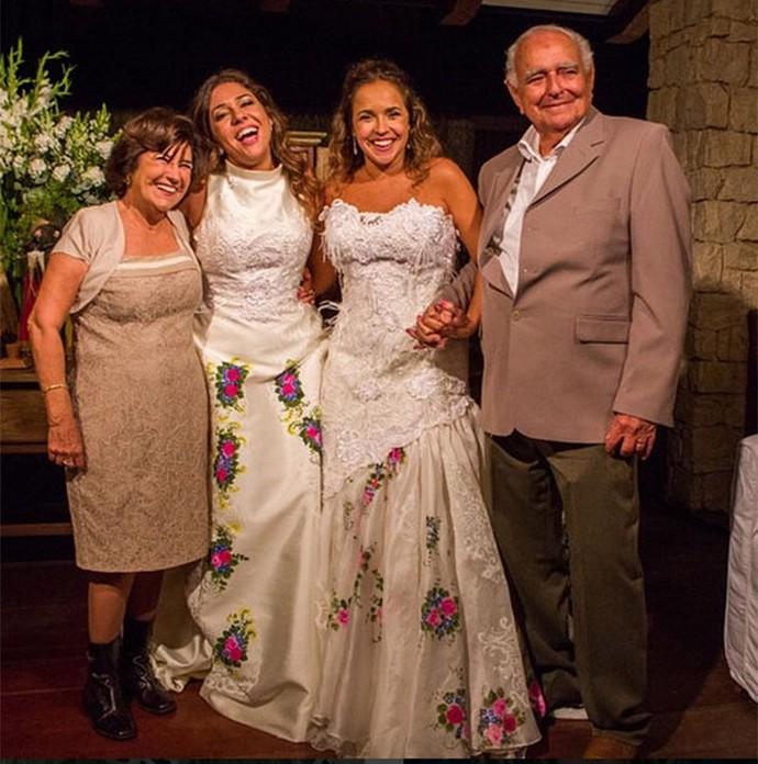 Daniela Mercury com os pais, Liliana e Antonio, em seu casamento com Malu Verçosa (Foto: Arquivo pessoal)