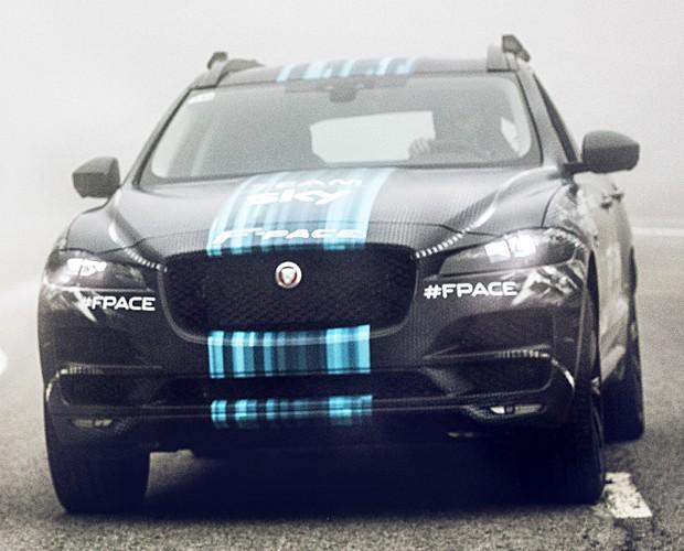 Jaguar divulgou imagens do F-Pace ainda camuflado (Foto: Divulgação)