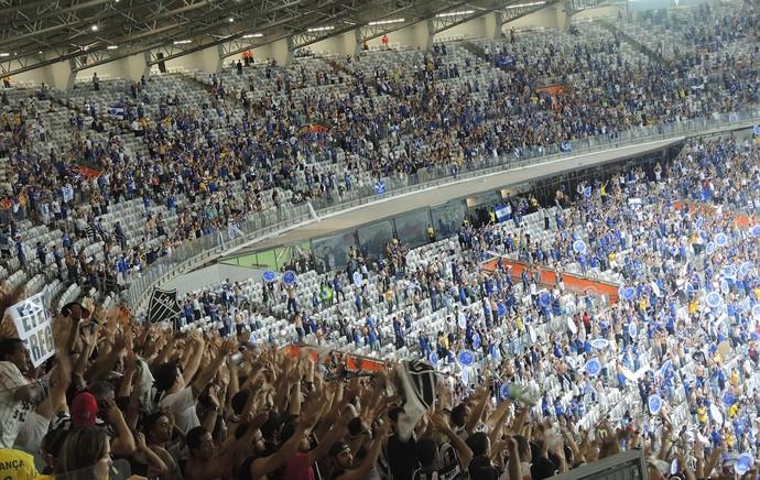 Jogadores e torcedores dos dois times comemoram juntos - Cruzeiro X Atlético-mg (Foto: Alexandre Alliatti)