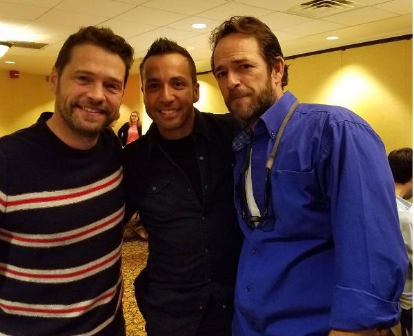 O Backstreet Boy Howie Dorough com dois atores de 'Barrados no Baile' (Foto: Instagram)