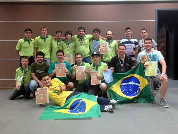 Delegação de universitários brasileiros conquistou 14 medalhas na Bulgária (Foto: Divulgação/OBM)