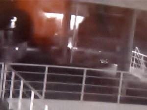 Câmera mostra caixa eletrônico sendo explodido por quadrilha em Indaiatuba (Foto: Reprodução / EPTV)