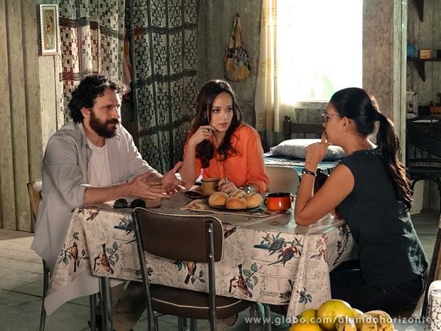 Julia sente que pode confiar em Celina e conta toda a verdade (Foto: Além do Horizonte/TV Globo)