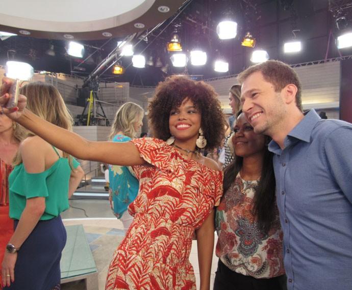 Atriz Jennifer Nascimento tira uma selfie com Tiago Leifert  (Foto: Carolina Morgado/Gshow)