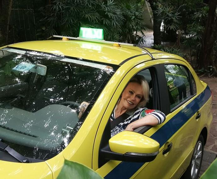 Ana Maria chega ao Mais Você de táxi (Foto: Ivo Madoglio/TV Globo)