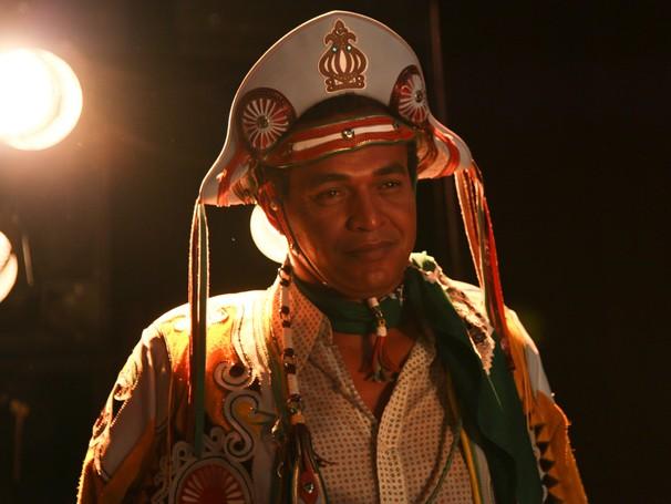 O ator Adélio Lima, que vive Gonzaga no cinema, fala sobre a vida do mestre para o público do quiosque. Ele ficou conhecido no circuito junino pernambucano por ser sósia do Rei do Baião  (Foto: Divulgação)