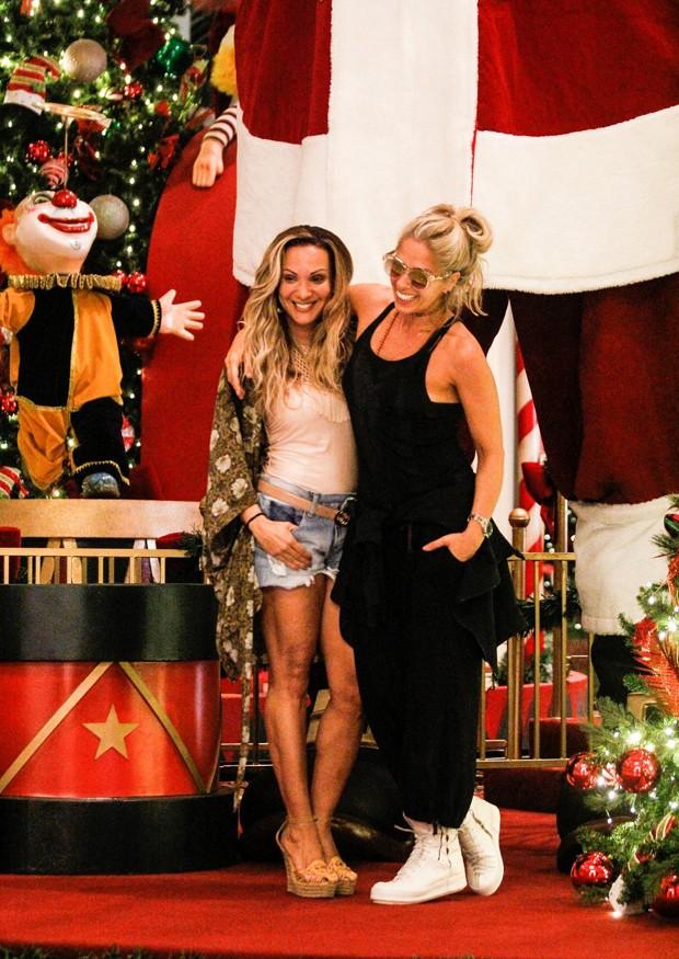 Adriane Galisteu e amiga em shopping do Rio de Janeiro (Foto: AgNews)