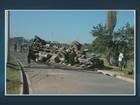 Caminhão desgovernado tomba no bairro Vida Nova, em Campinas, SP