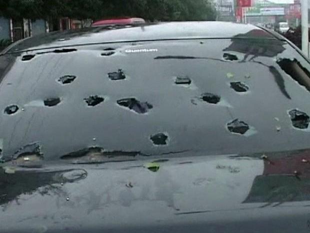 Vidro dos carros ficaram danificados após 'chuva de gelo' (Foto: Reprodução/ BBC)
