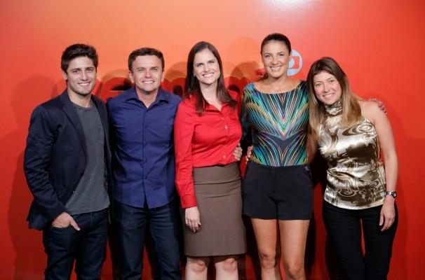 O ator Daniel Rocha posa para a foto com os apresentadores da TV TEM (Foto: Marketing/TV TEM)