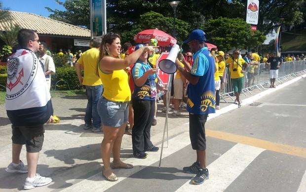 voluntarios fonte nova brasil x italia (Foto: Richard Souza)