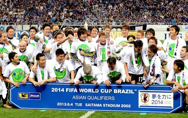 festa comemoração Japão Eliminatórias (Foto: AFP)