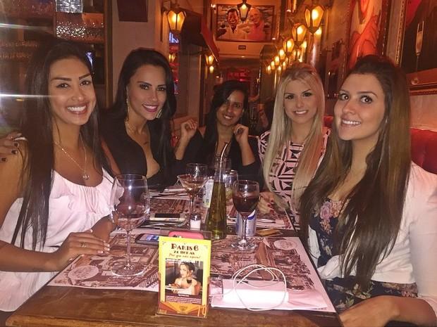 Ex-BBBs Amanda, Kelly, Julia e Tamires em restaurante em São Paulo (Foto: Instagram/ Reprodução)