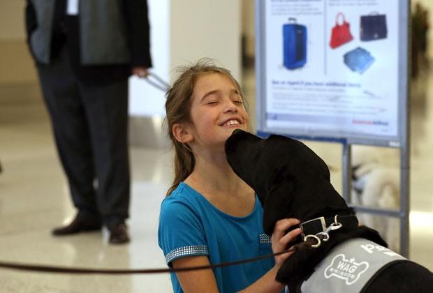 Garota brinca com Donner no aeroporto internacional de Los Angeles (Foto: Justin Sullivan/Getty Images/AFP)