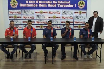 Diretoria do Sete de Dourados e jogadores da temporada 2016 (Foto: Renato Giansante/Sete)