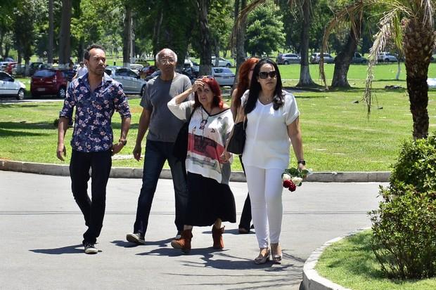 Mario Correa (de blusa cinza) e Cristina Correa (de blusa branca), irmão e filha do músico Roberto Correa, do Golden Boys, vão ao enterrado do artista no Rio (Foto: Roberto Teixiera/ Ego)