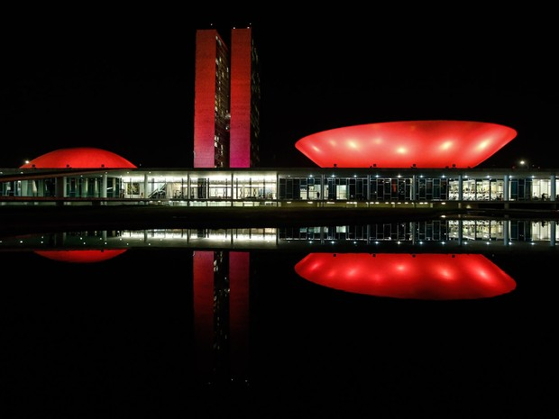 Prédio do Congresso Nacional, em Brasília, recebe iluminação em referência ao 'Outubro Rosa'. A campanha tem como objetivo promover a luta contra o câncer de mama (Foto: Dida Sampaio/Estadão Conteúdo)