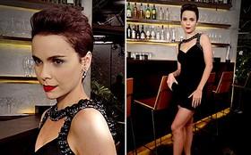 Uau! Nina surpreende com visual para lá de sensual: vestido curtinho e bocão vermellho
