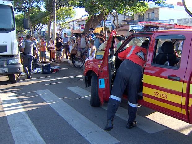 Coletor recebe atendimento do Corpo de Bombeiros após o acidente na zona sul de São José dos Campos. (Foto: Reprodução/TV Vanguarda)