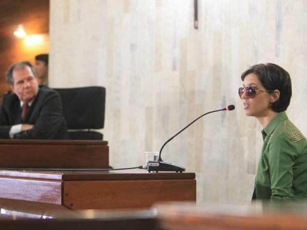 Mulher que teve olhos perfurados, Mara Rúvia Guimarães, presta depoimento em audiência no Fórum de Goiânia, Goiás (Foto: Diomício Gomes/O Popular)